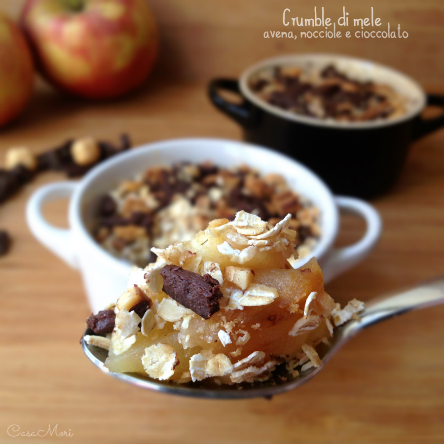 Crumble di mele con avena, nocciole e cioccolato