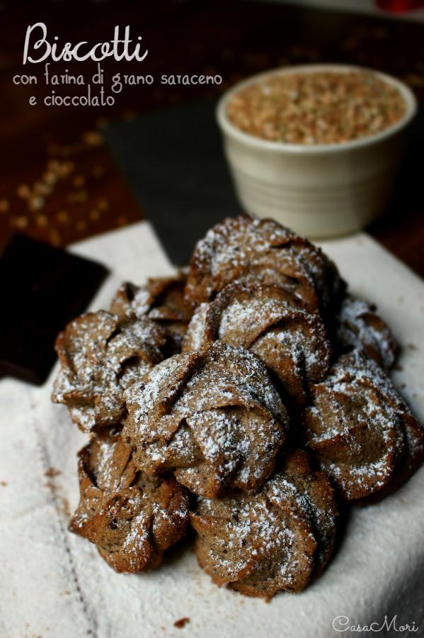 Biscotti con farina di grano saraceno integrale e cioccolato