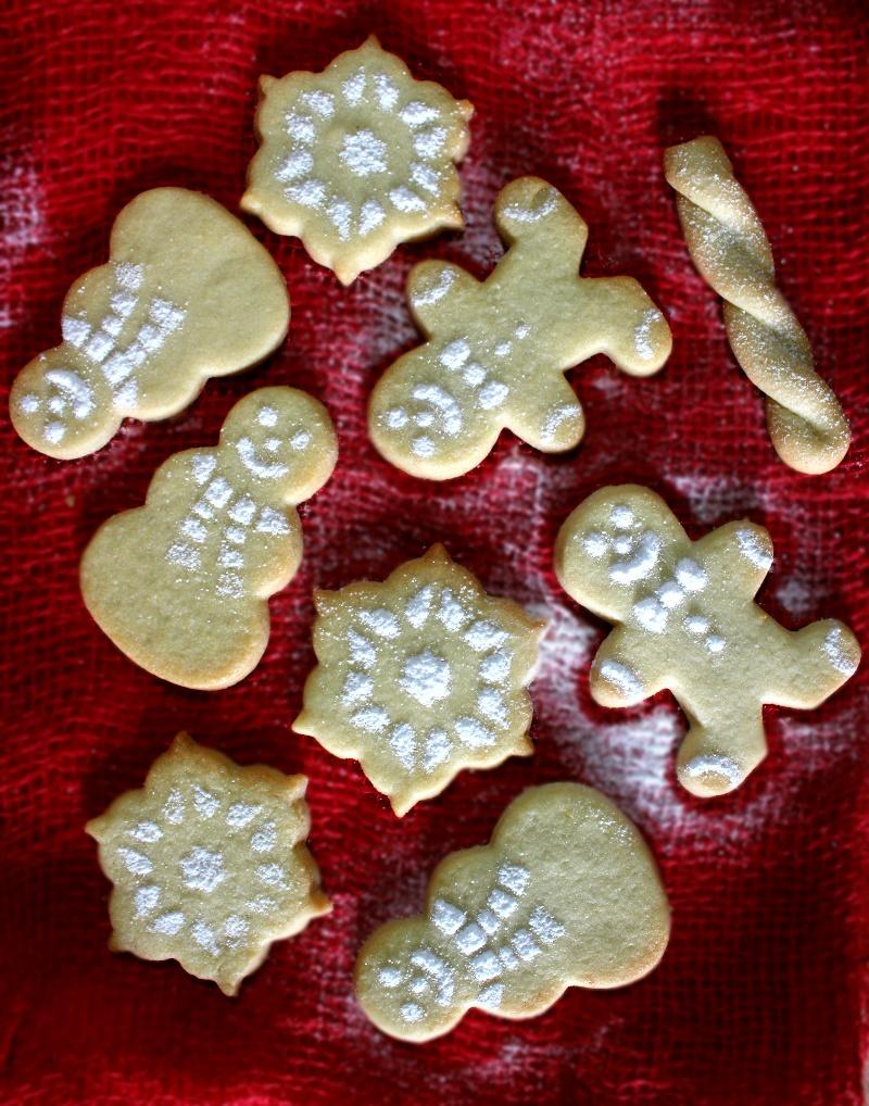 Biscotti di Natale con frolla sablée e zucchero a velo