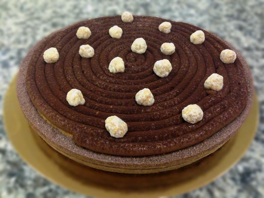 Crostata al cioccolato: frolla sablé al cacao con crema frangipane alle nocciole, crema pasticcera al cioccolato fondente e nocciole sabbiate