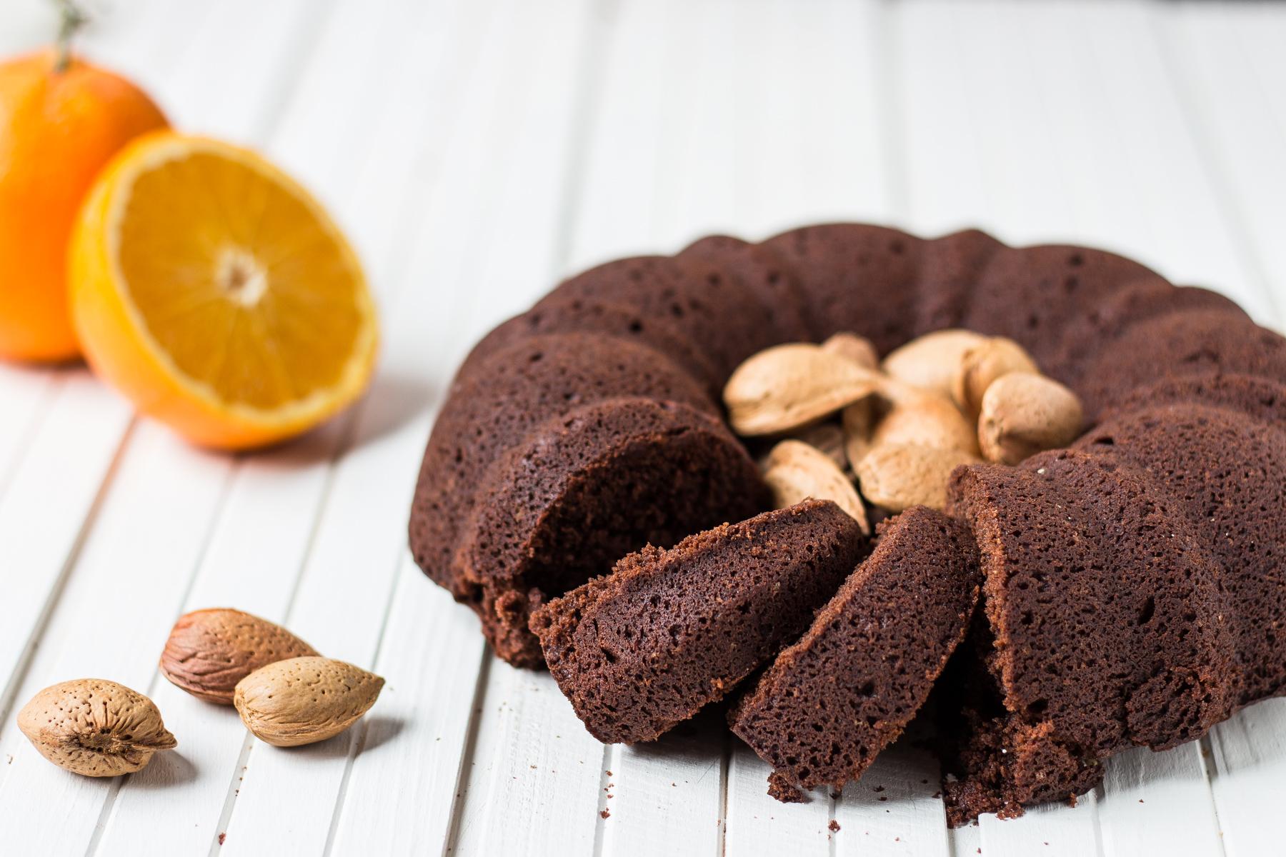 ciambella al cacao, mandorle e arancia