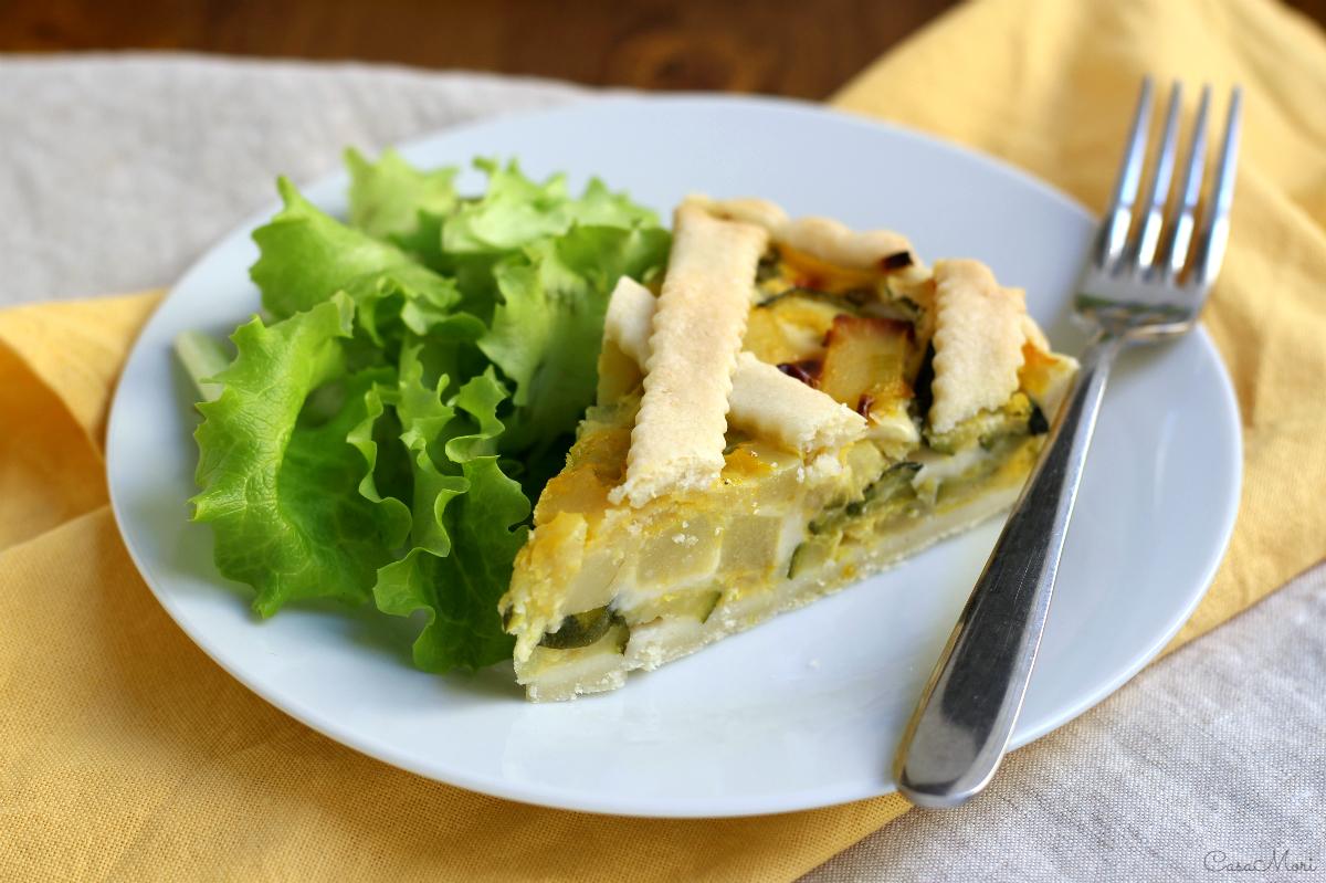 Torta salata di patate, porri, zucchine e formaggio