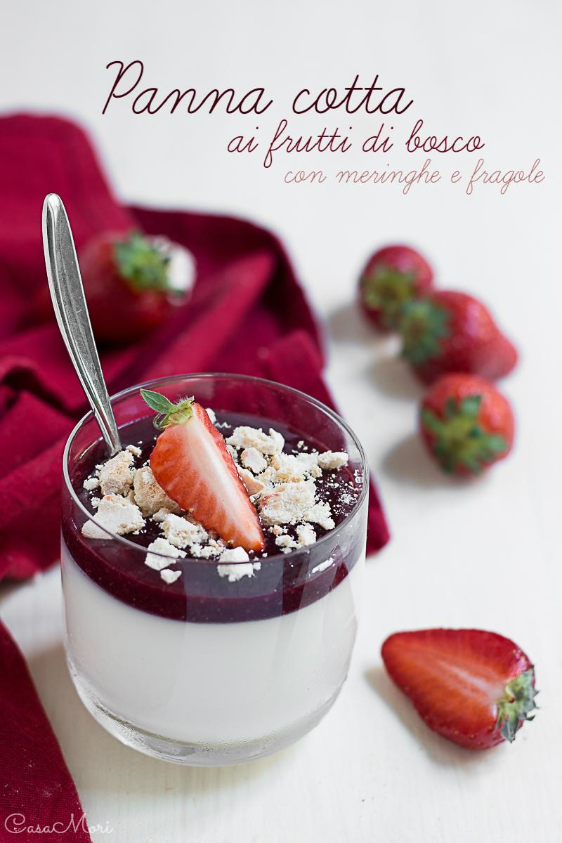 Panna cotta ai frutti di bosco con meringhe e fragole