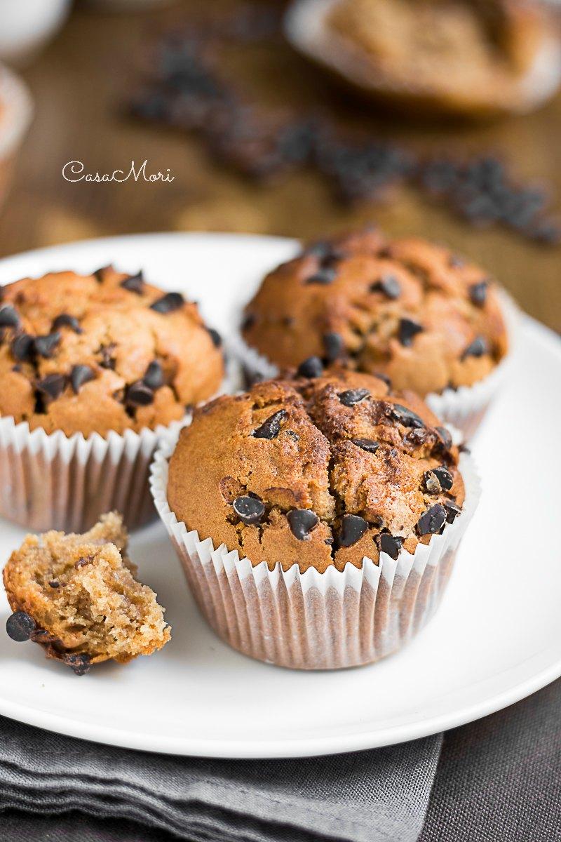 Muffin allo yogurt al caffè e gocce di cioccolato senza uova