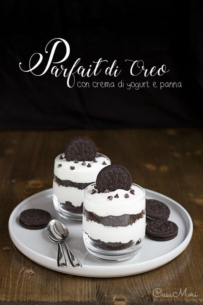 Parfait di Oreo con crema di yogurt e panna