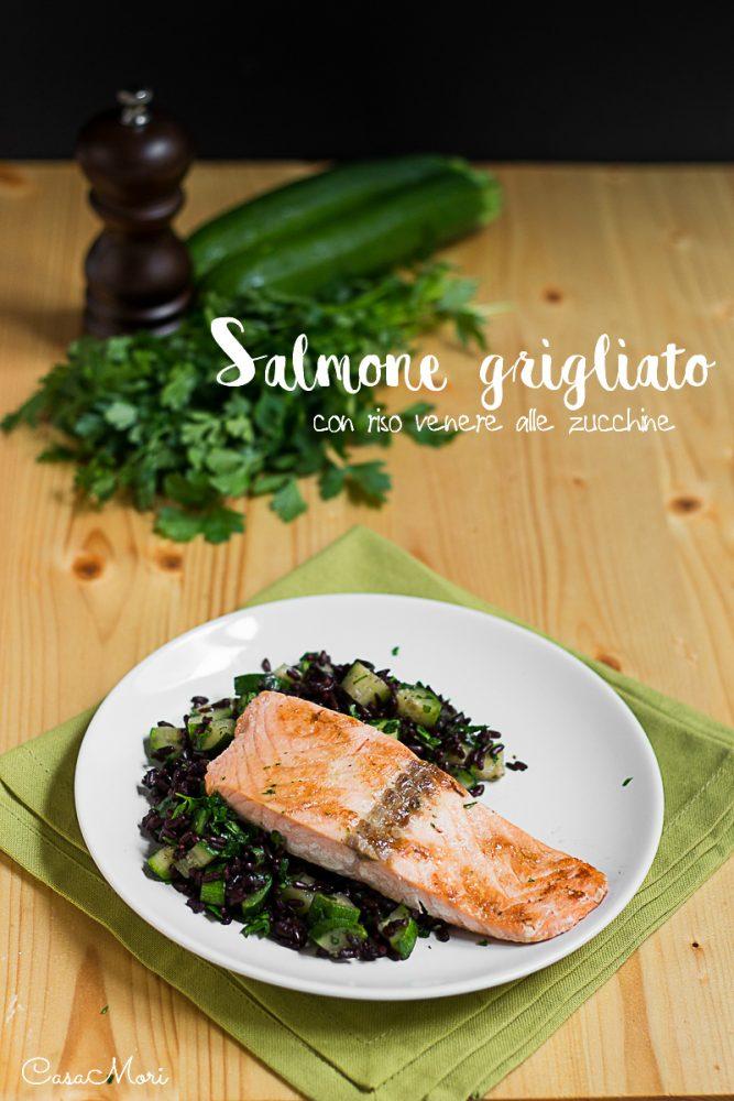 Salmone grigliato con riso venere alle zucchine