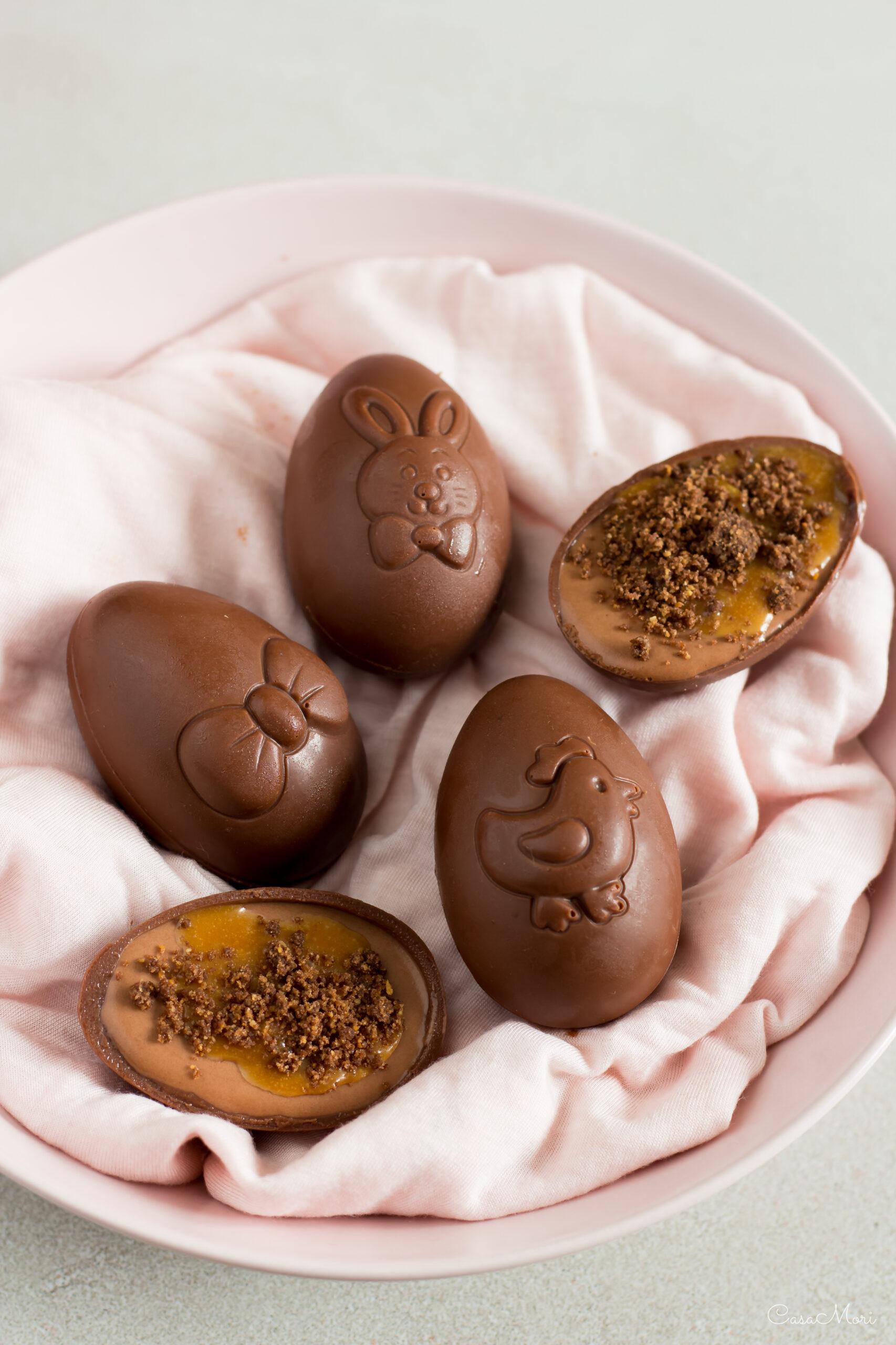 Uova di cioccolato ripiene di mousse al cioccolato e caramello