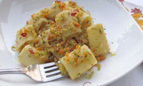 Mezze maniche colorate alle verdure e pangrattato