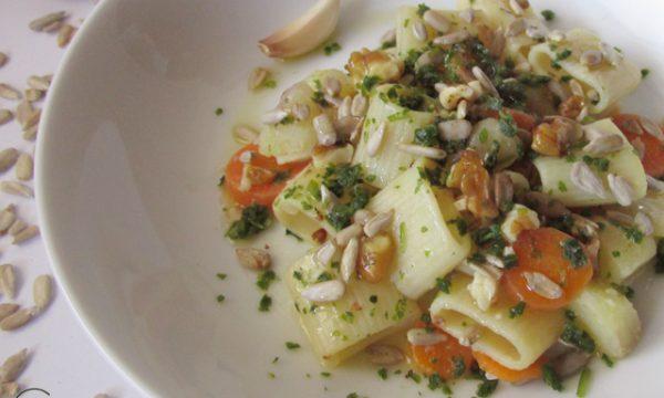 Pasta patate e carote, semi di girasole e noci