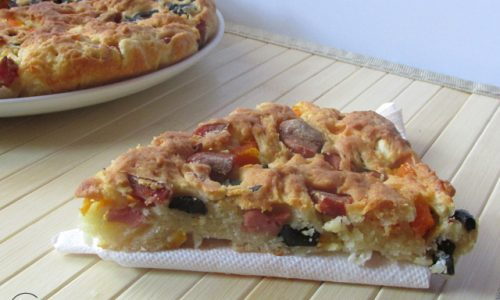Focaccia con feta, wurstel, olive nere e carote