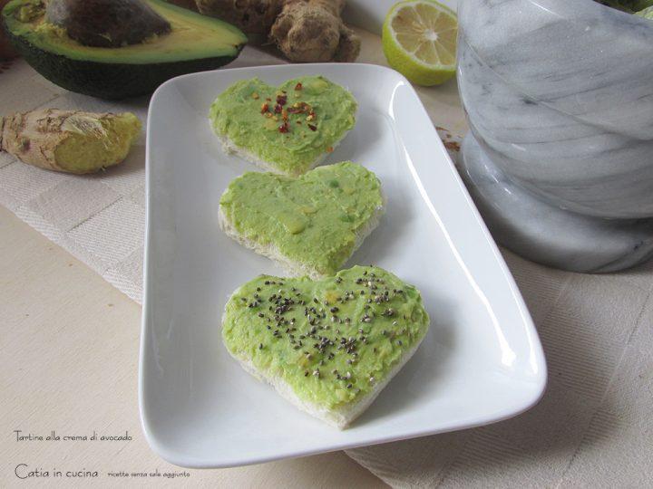 tartine alla crema di avocado -cuori