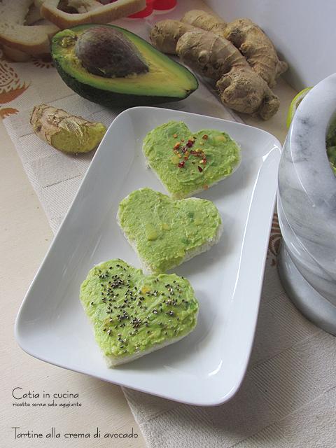tartine alla crema di avocado a forma di cuore