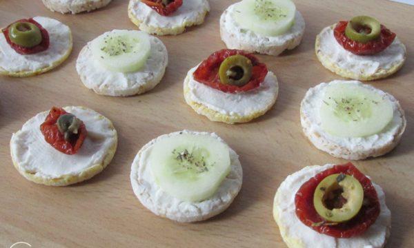 Gallette finger food ai pomodorini secchi e cetrioli