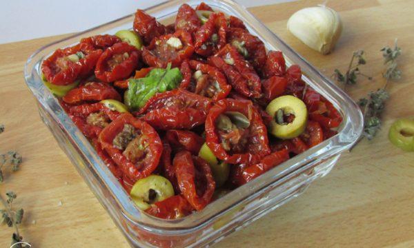 Pomodorini secchi con aglio e olive