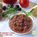 Pesto di pomodori e rucola con noci e olive nere