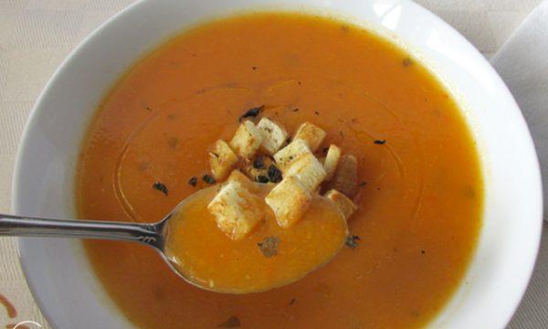 Crema di peperoni con crostini al basilico