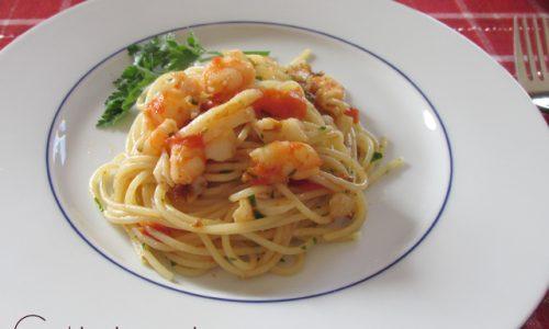 Spaghetti gamberetti calamari e pomodorini