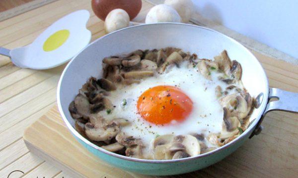 Uova in padella con contorno, cioè… con il pizzo!