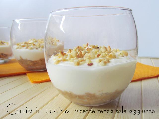 cheesecake di kefir al bicchiere con nocciole