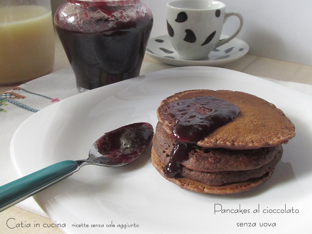 pancakes al cioccolato con marmellata di more