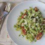 Pasta al pesto light di rucola, con pomodori, olive e...