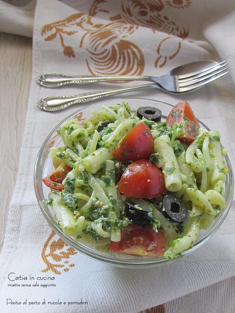 pasta al pesto light di rucola e pomodori