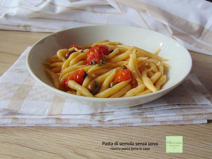 pasta di semola fatta in casa con pomodori e olive