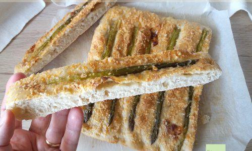 Focaccia con asparagi e stracchino