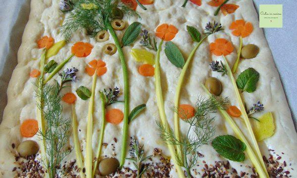 Focaccia decorata con ortaggi ed erbe aromatiche