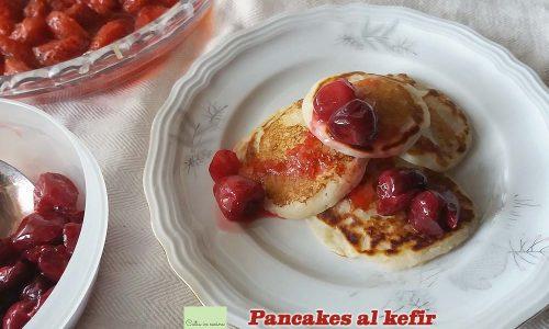 Pancakes al kefir con topping di fragole e ciliegie