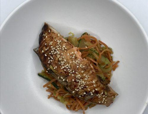 Salmone teryaki al sesamo e verdure croccanti