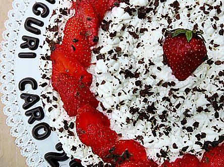 Torta al cioccolato, panna e fragole per il mio compleanno