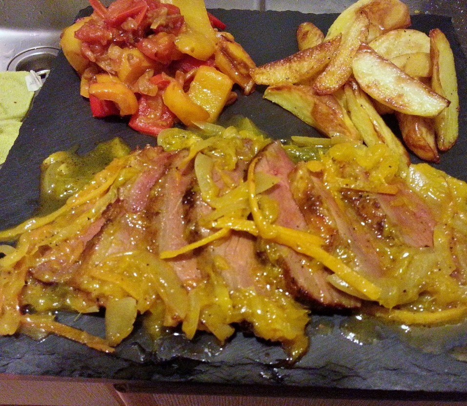 Petto d'Anatra all'arancia con patate al forno e triologia di peperoni