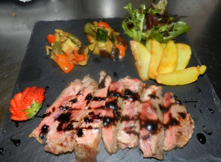 tagliata di manzo con riduzione di aceto balsamico accompagnato da patate, fantasia della terra e insalatina