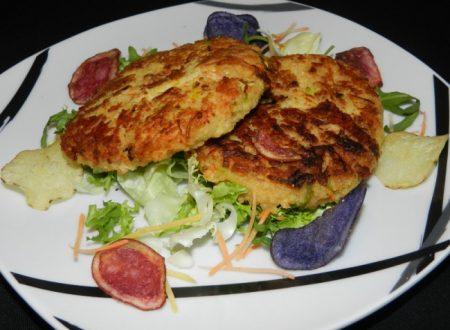 Burger di miglio con carote e porri accompagnato da chips di patata viola gialla e rossa