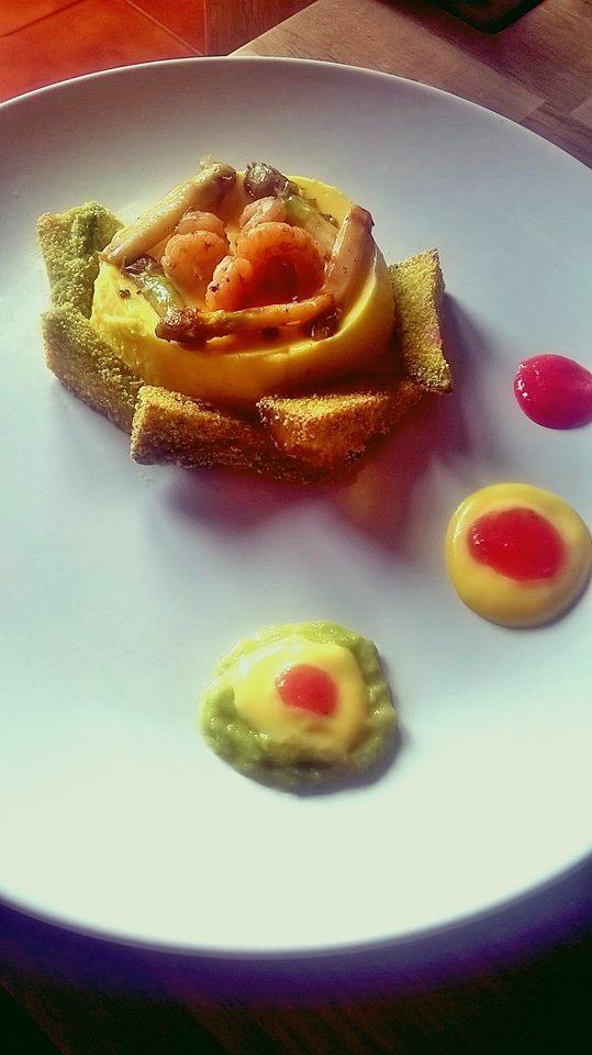 Bavarese di mango con asparagi, gamberetti e spicchi di avocado fritti con farina di polenta gialla