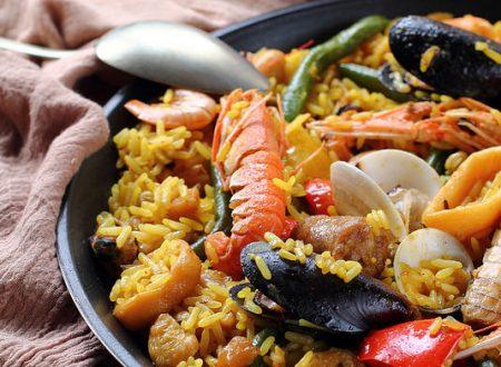 Paella mista di carne, frutti di mare, verdure e legumi