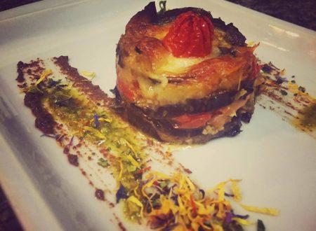 Tortino di Melanzane con pesto al basilico, spuma di asiago e salmone affumicato.