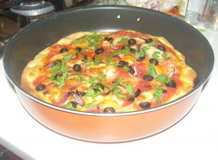 Pizza cipolla rossa, olive e rucola