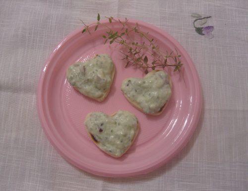 Cuori di piadina con salsa di cetriolo e cipolla rossa