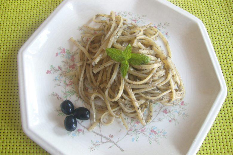Linguine al pesto di olive nere e cipolla rossa