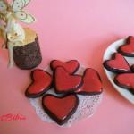 Cuori al cacao glassati al cioccolato bianco rosso