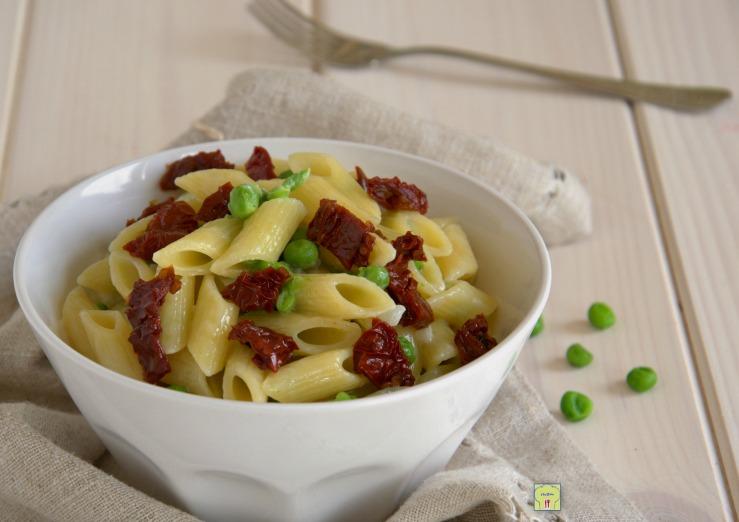 Pasta piselli stracchino e pomodori secchi
