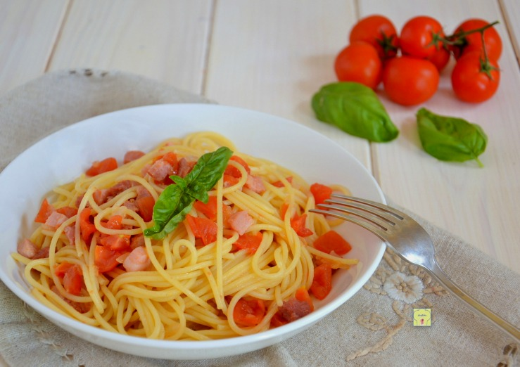 Spaghetti con pomodoro fresco e pancetta primo piatto for Primo piatto veloce