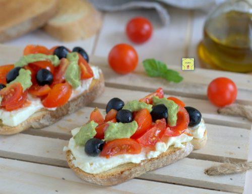 Crostoni stracchino pomodori e pesto