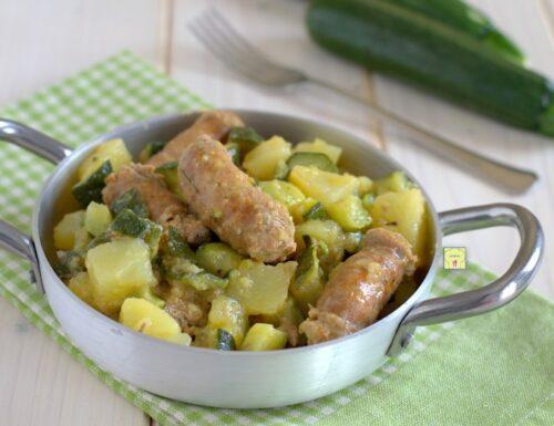 Salsiccia patate e zucchine in padella