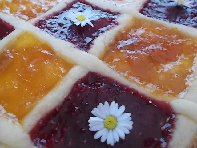 Crostata alla marmellata fiorita