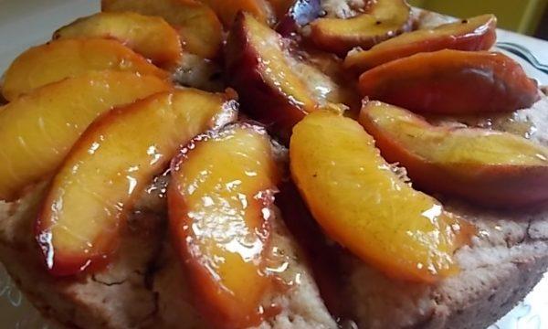 Torta di pesche caramellate