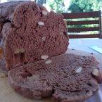 Pane dolce al cacao, noci e mandorle