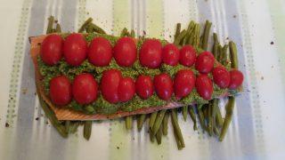 Filetto di trota salmonata al pesto su letto di fagiolini.